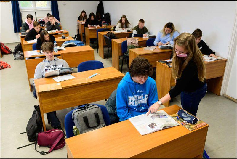 Tízfős csoportban tanulnak az emelt szintű angolosok (Délmagyar cikk)