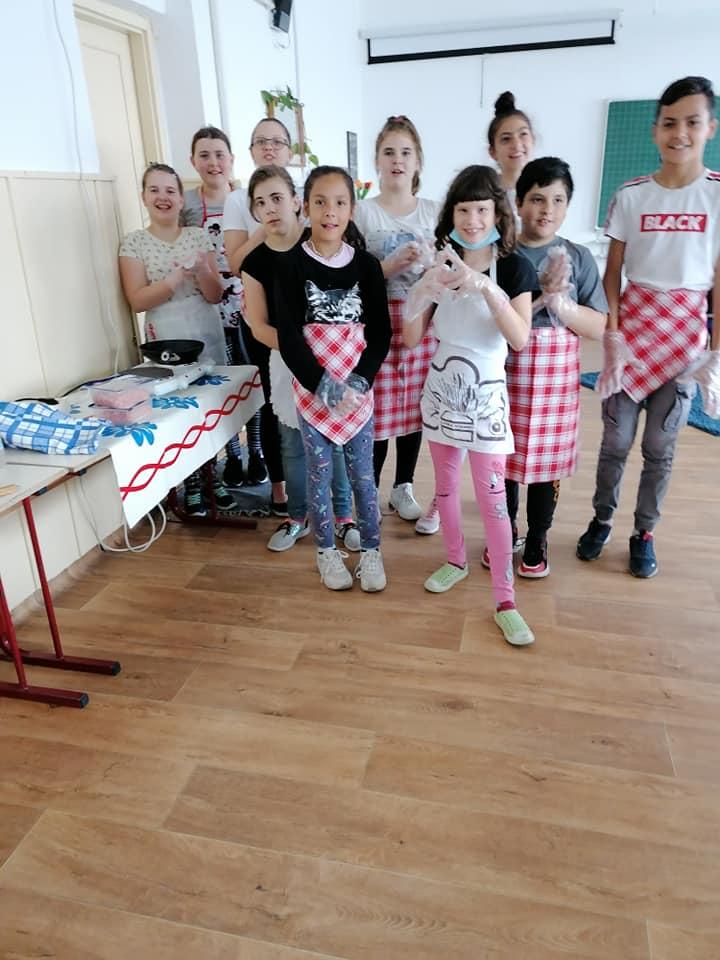 Az 5. osztály technika délutánja. Fasírt és sült krumpli készült a jó hangulatú foglalkozáson.