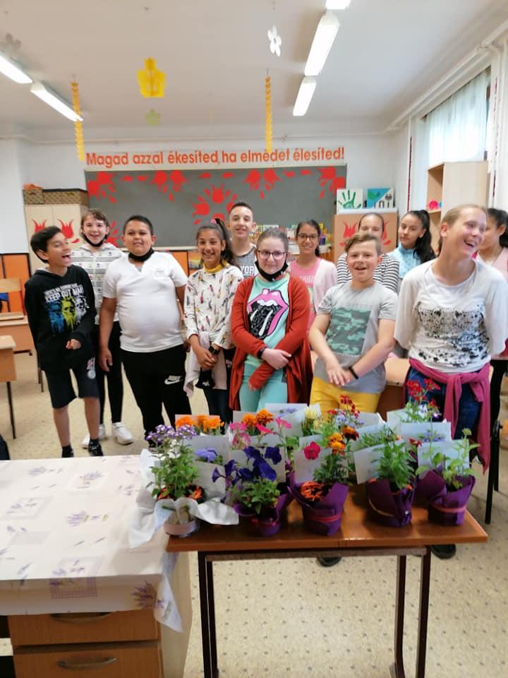 Ma a 6.  osztály technika délutánon virágokat ültetett, majd díszítette azokat. Szép munkák készültek.
