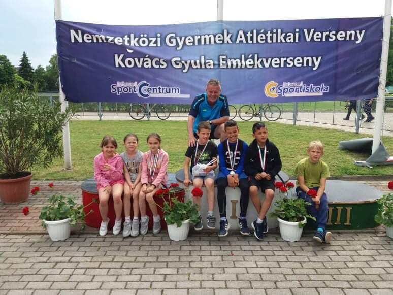 Nemzetközi Gyermek Atlétika Verseny Iskolánk alsótagozatos tanulói Debrecenben vettek részt egy nagyszabású atlétika versenyen. 2 aranyérem mellett 5 bronzérmet is szereztünk az U10-es és az U12-esek között! Eredmények: 1. hely: Lász