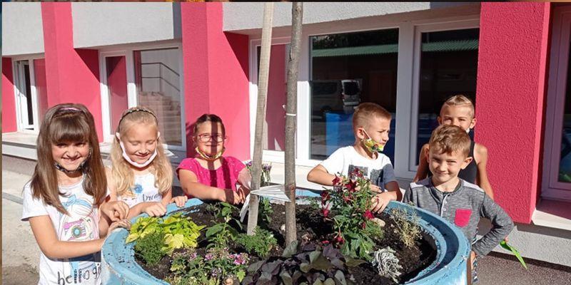 Kiskertet ültetett az 1.b osztály az udvaron (képes beszámoló)